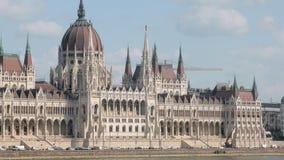 在匈牙利国会大厦,neo-gothic和花花公子艺术建筑风格附近的汽车通行 股票视频