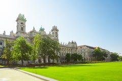 在匈牙利国家议会附近的民族志学博物馆位于布达佩斯,匈牙利 库存照片