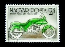 在匈牙利打印的邮票显示一辆绿色铃木日本刀GSX 1100cm3 1983年摩托车的图象 库存图片