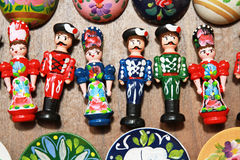 在匈牙利民间服装的木玩偶作为纪念品 免版税库存照片