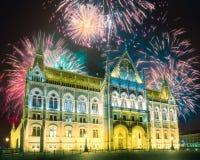 在匈牙利议会上的美丽的烟花在布达佩斯 库存照片