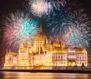 在匈牙利议会上的美丽的烟花在布达佩斯 图库摄影