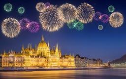 在匈牙利议会下的美丽的烟花 库存图片