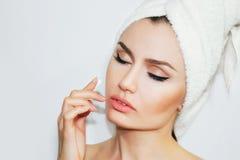 在化妆做法以后的美丽的自然女孩妇女 整容术 免版税库存照片