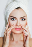 在化妆做法以后的美丽的自然女孩妇女 整容术 免版税库存图片