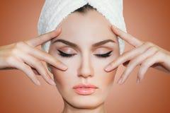 在化妆做法以后的美丽的自然女孩妇女 整容术 库存照片
