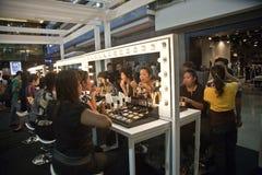 在化妆公司AMWAY的介绍的模型在曼谷 库存照片
