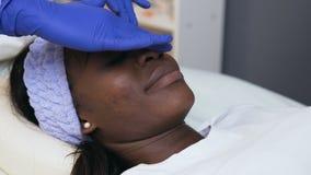 在化妆治疗期间的英俊的非洲妇女在温泉沙龙 影视素材