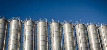 在化工业的工业筒仓 免版税库存照片