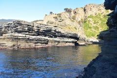 在化石峭壁附近的一个小的海湾 免版税库存图片