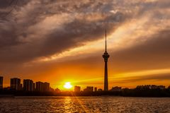 在北京下,中国晚霞的中国中央电视台塔  库存照片