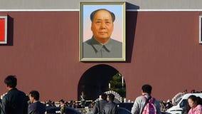 在北京天安门广场,街道的中国游人的MaoZeDong portrait&Slogans 股票录像