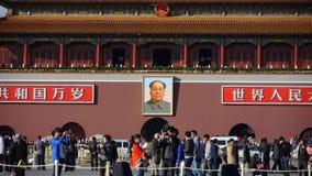 在北京天安门广场,街道的中国游人的MaoZeDong portrait&Slogans 股票视频