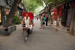 在北京老Hutongs的传统人力车  库存照片