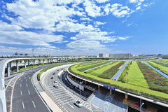 在北京首都机场终端3,第二大终端附近的公路网在世界上 免版税库存图片