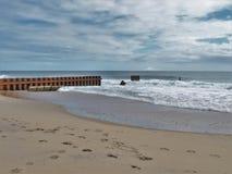 在北卡罗来纳` s老灯塔海滩的巴克斯顿跳船 免版税库存图片