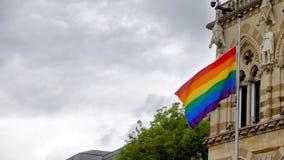 在北安普顿市政厅大厦的LGBT旗子自豪感节日周末在英国 免版税库存图片