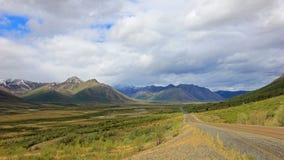 在北极圈附近的不尽的Dempster高速公路,加拿大 免版税库存照片