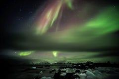 在北极海湾上的北极光 免版税库存照片