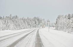 在北极的芬兰交换和在一条积雪的路的一辆汽车 库存图片