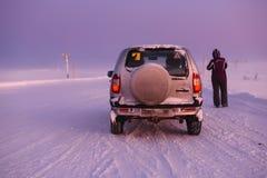 在北极路的汽车在天时间 摩尔曼斯克地区,俄罗斯 免版税库存照片