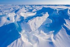 在北极雪平原雪立方体样式雪花的阵营Barneo排行 图库摄影