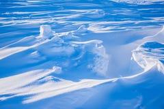 在北极雪平原雪立方体样式雪花的阵营Barneo排行 库存图片