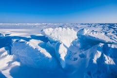 在北极雪平原雪立方体样式雪花的阵营Barneo排行 免版税库存图片