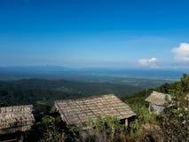 在北泰国的小山的农田植被 库存照片