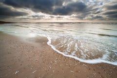 在北海海岸的被覆盖的天空 库存照片