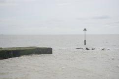 在北海海岸的跳船 免版税库存照片