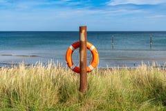 在北海海岸的Lifebuoy 库存图片