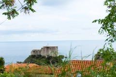 在北海港入口的Lovrijenac堡垒从老镇墙壁在杜布罗夫尼克,克罗地亚 库存照片