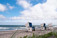 在北海的海滩睡椅 免版税库存图片
