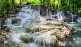 在北碧省,泰国的Huay Mae Kamin瀑布 免版税库存照片