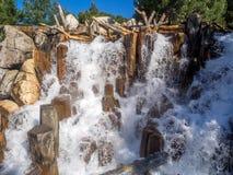 在北美灰熊峰顶的瀑布特点在迪斯尼加利福尼亚冒险公园 免版税库存图片