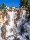 在北美灰熊峰顶的瀑布特点在迪斯尼加利福尼亚冒险公园 库存照片