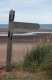 在北诺福克区海岸的空白的木小径标志 免版税库存照片