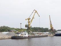 在北部口岸的装货石渣在莫斯科 免版税库存照片