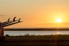在北部岸,奥阿胡岛的五颜六色的热带日落 免版税库存照片