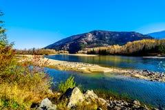 在北部汤普森河附近的秋天颜色在巴里埃和克利尔沃特之间,BC 免版税库存照片