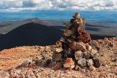 在北部突破巨大扎尔巴奇克火山裂痕爆发顶部的石标1975年 库存图片