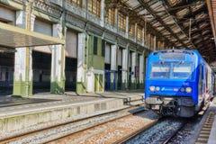 在北部路轨的市郊火车 巴黎 免版税库存照片