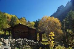 在北高加索的田园诗风景有传统山小屋的 免版税库存图片