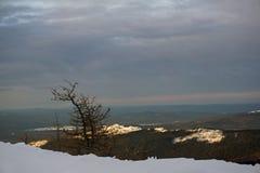 在北ural的日出在多云天气 库存照片