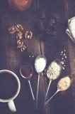 在匙子和巧克力,在真正的褐色w的坚果的甜香料 图库摄影