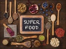 在匙子和碗的超级食物 免版税库存照片