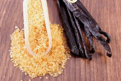 在匙子和芬芳香草的甘蔗在木表面板条黏附 库存图片