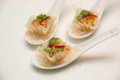 在匙子提出的油煎的泰国开胃菜 图库摄影