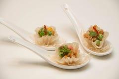 在匙子提出的油煎的泰国开胃菜 免版税库存照片